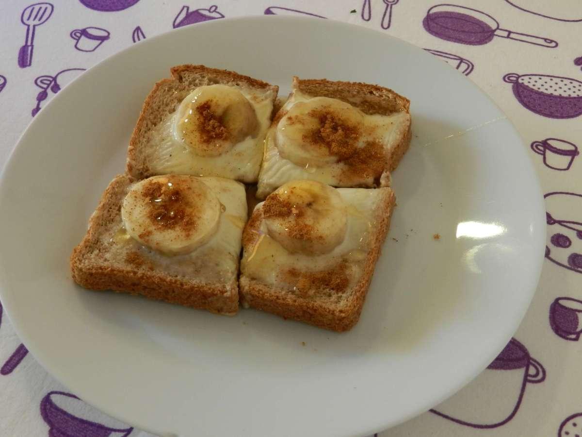 Frischkäse-Bananen-Toast mit Honig