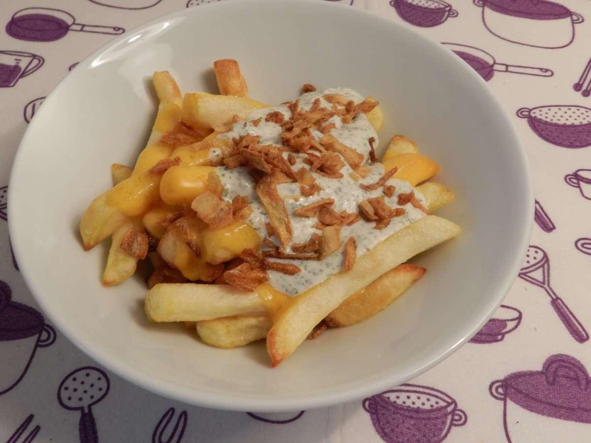Käsepommes mit Röstzwiebeln in Knoblauch-Joghurt-Sauce