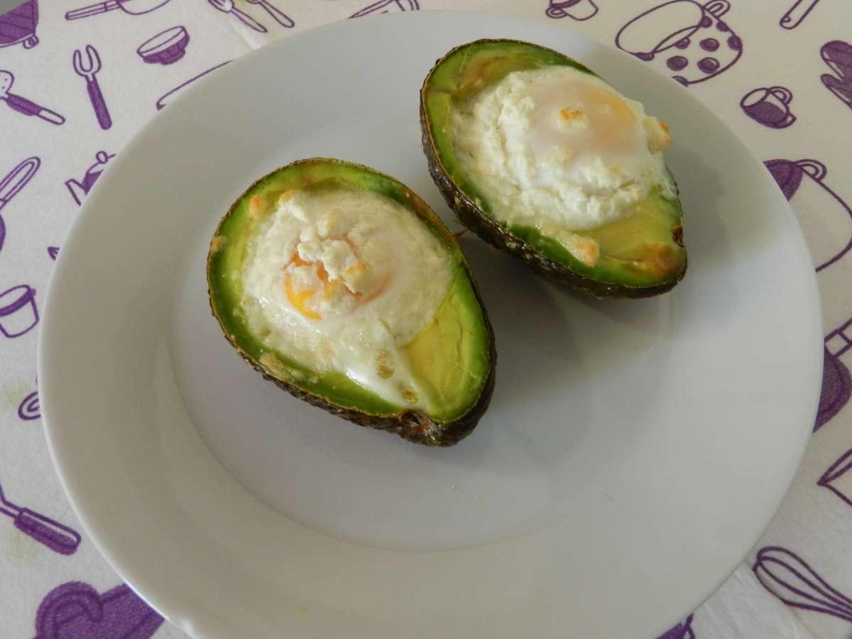 Gebackenes Avocado-Ei mitFetakäse