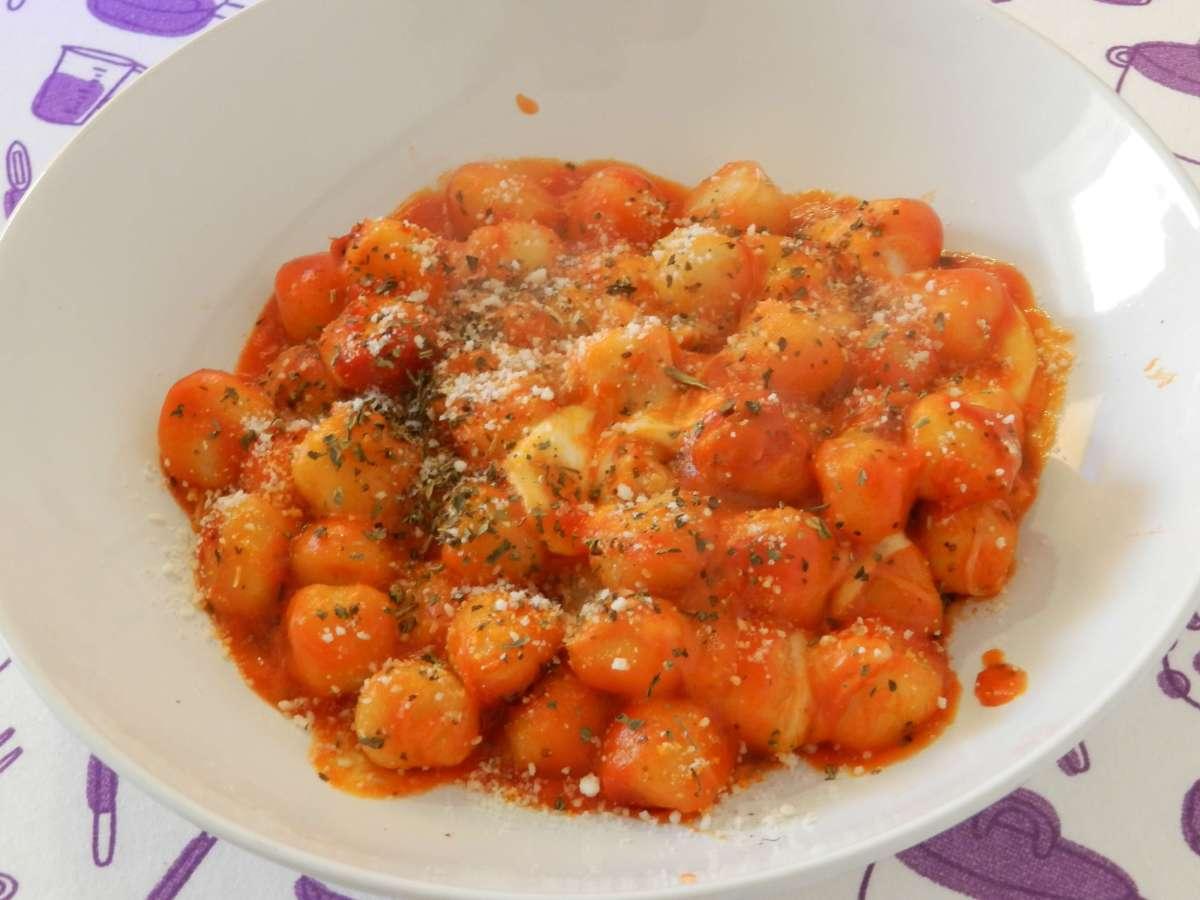 Backofen-Gnocchi mit Mozzarella-Tomaten-Sauce