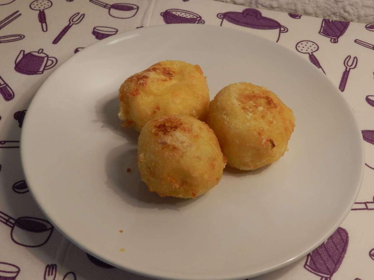 Frittierte Kartoffel-Mozzarella-Bällchen