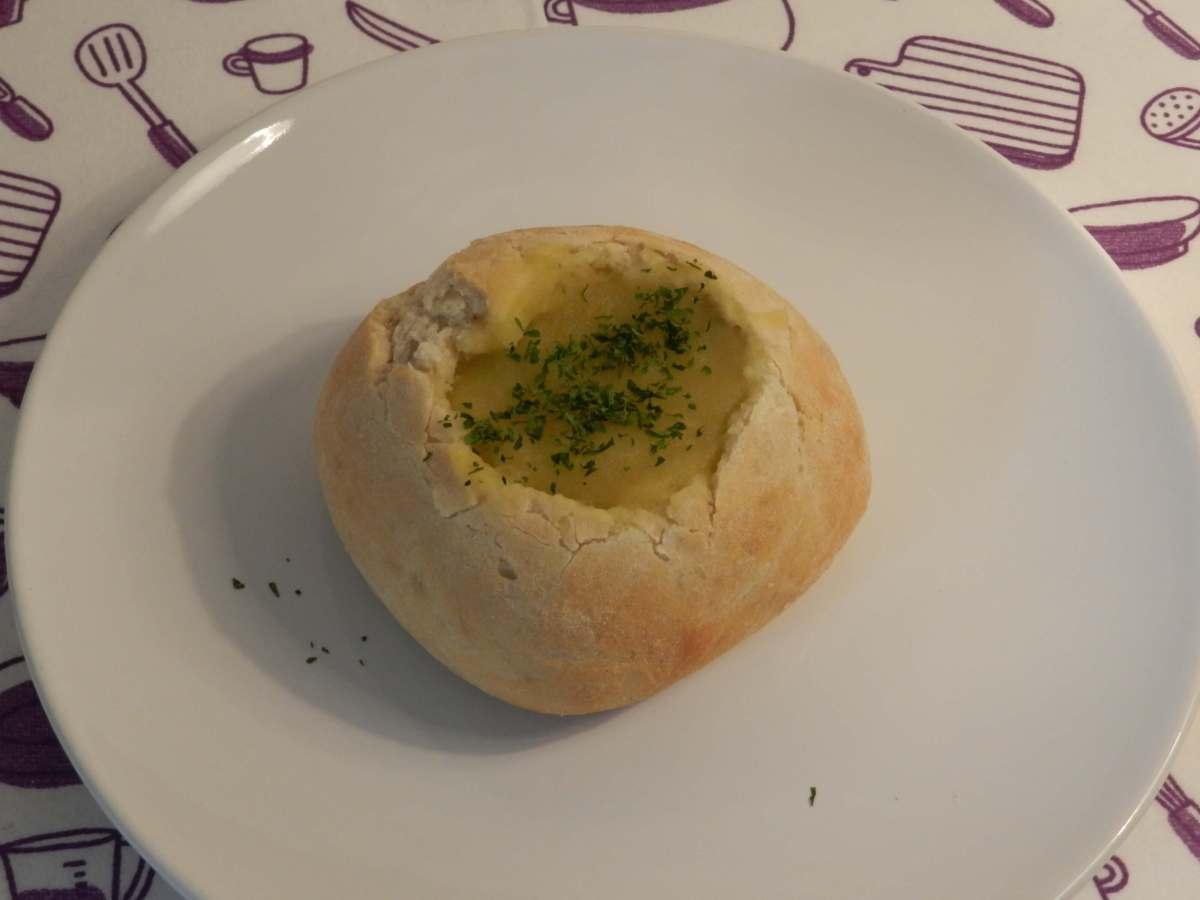 Kartoffelsuppe im Brötchenserviert