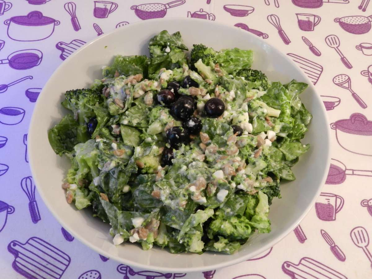 Brokkoli-Blaubeer-Salat mit Joghurtsoße