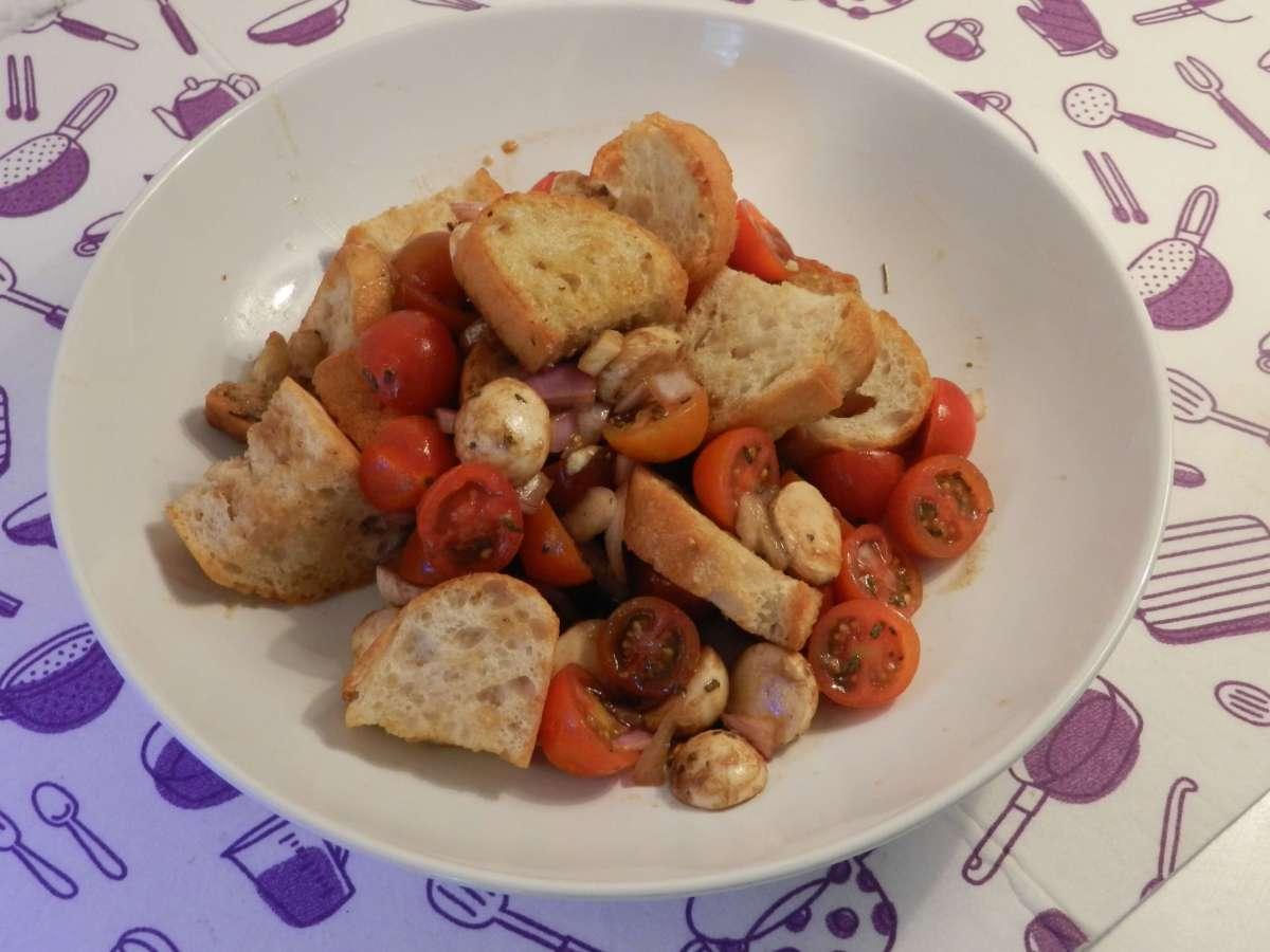 Tomaten-Mozzarella-Salat mit gebratenem Knoblauchbaguette